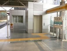 プラットホームに用意された障害者用エレベータ