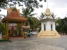 キリング・フィールドに立つ寺院